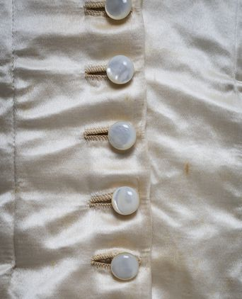 Front fastening of glass pearl buttons